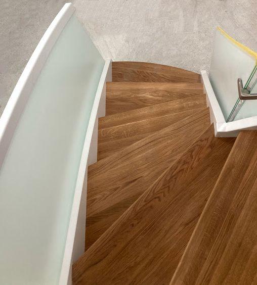 schody-z-mleczna-balustrada-solidne-mocne